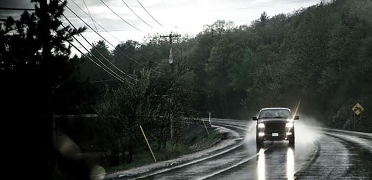 Acender os faróis durante o dia em rodovias estaduais e federais é obrigatório