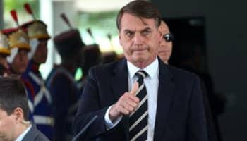 Bolsonaro sugere o fim das aulas para emissão da CNH